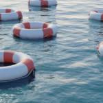 Plusieurs bouées de sauvetage dans la mer