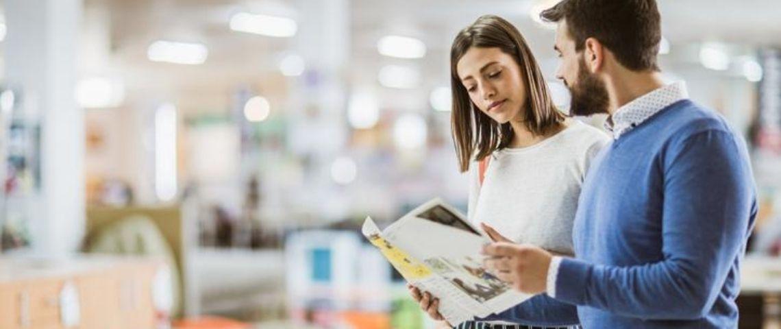 Deux personnes avec un catalogue dans les mains