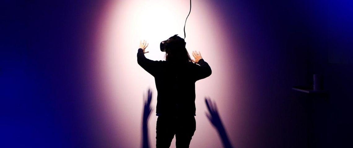 Femme avec un casque de réalité augmentée