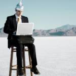 un homme dans le desert avec un chapeau en aluminium