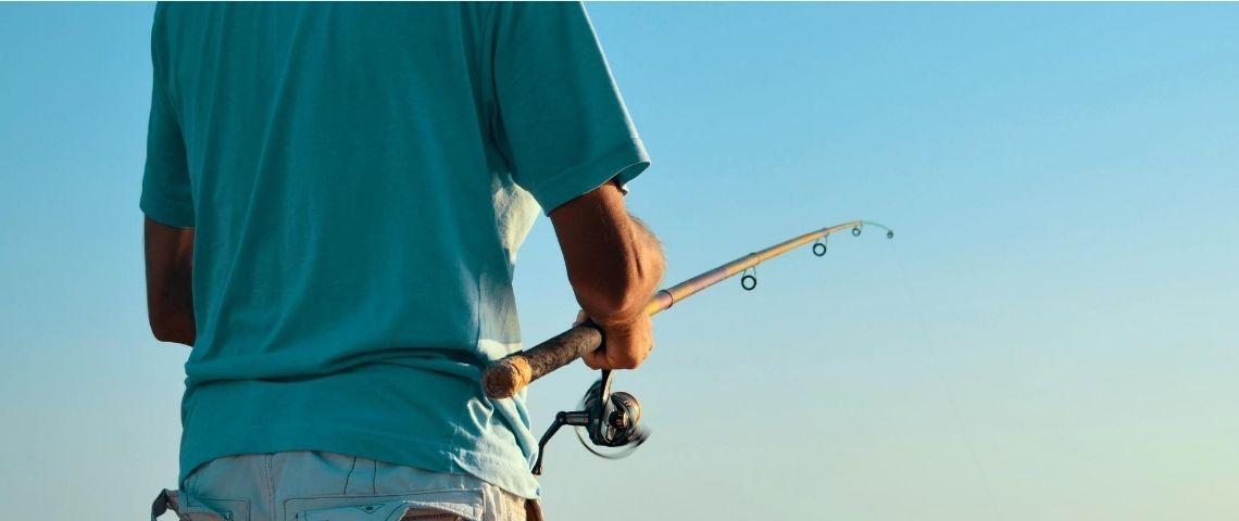 Un homme qui pêche