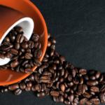 Tasse de café, renversée, avec des grains