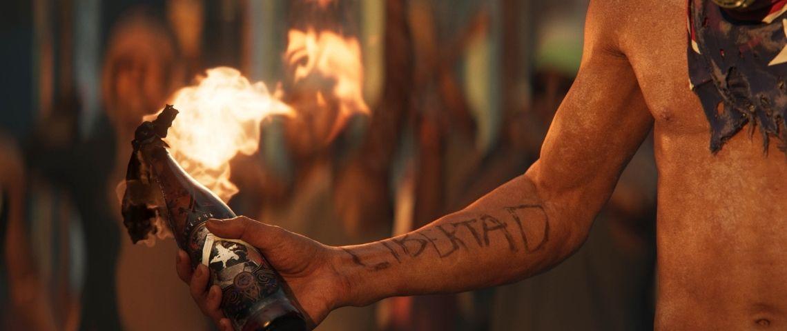 Homme tenant une bouteille enflammée dans sa main