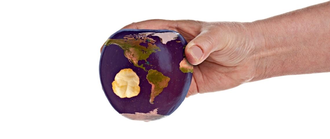 La terre en forme de pomme qui va être croquée