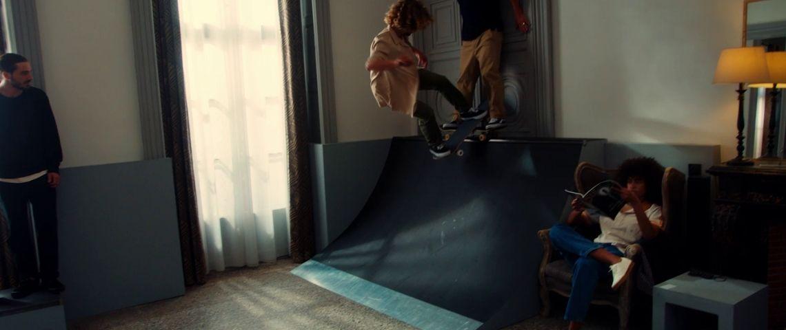 Skateroom dans une chambre d'hôtel