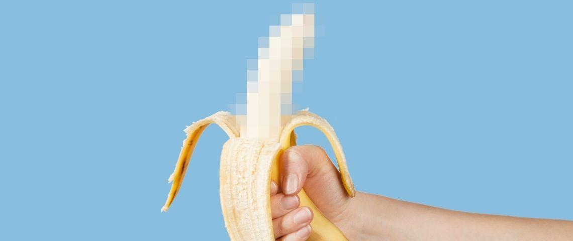 Une banane pelée floutée