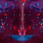 Une femme avec du maquillage fluorescent