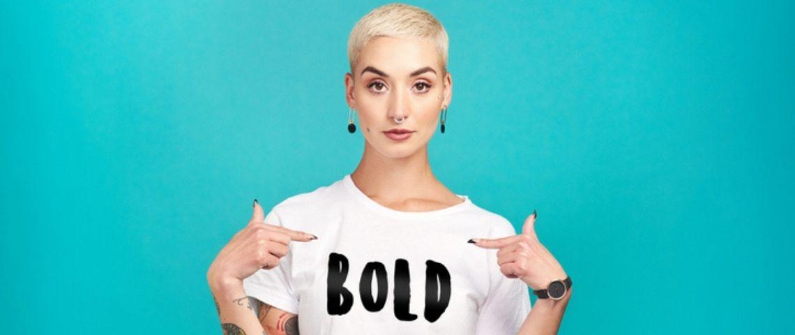 Une femme avec un t shirt