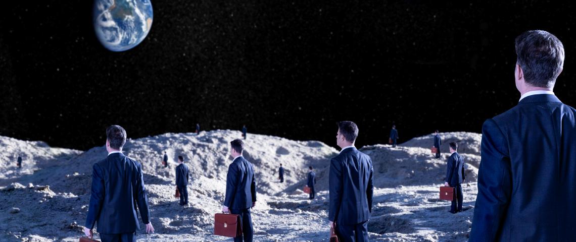 Hommes d'affaire tenant des petites malettes marchent sur la lune