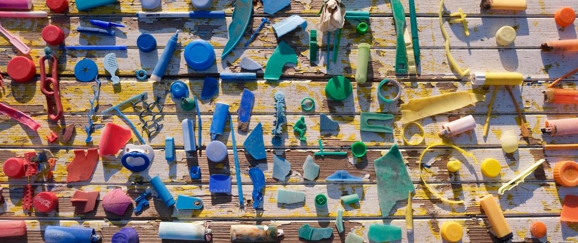 Une quantité de déchets plastique sur une table, triés par couleur