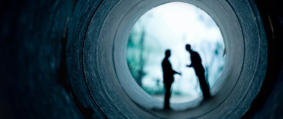 deux personne qui discute dans l'ombre