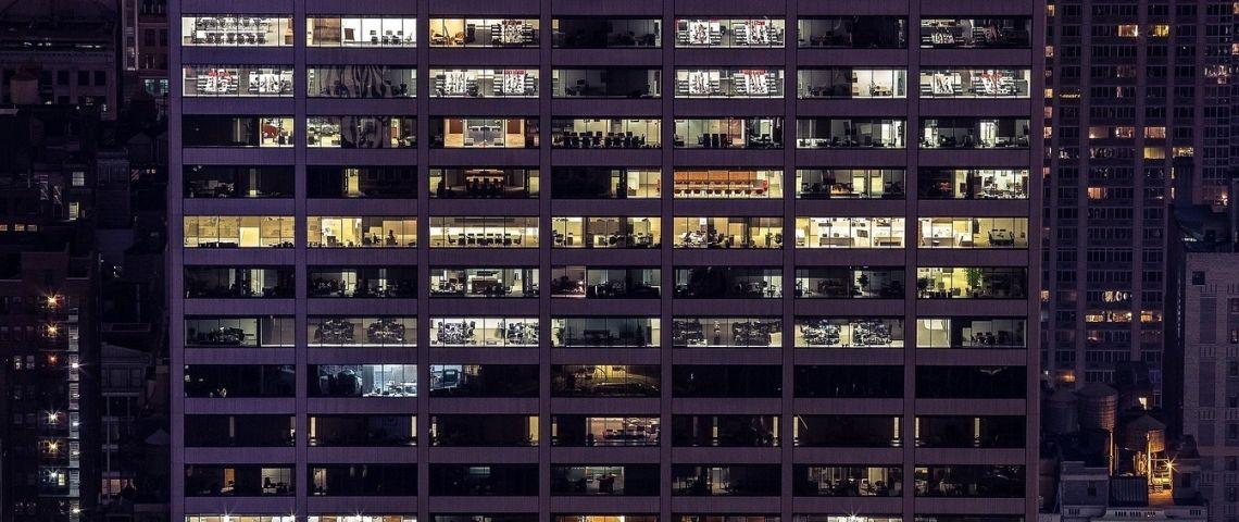 Immeuble d'entreprise éclairé le soir