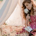 Une femme qui pique nique dans un champs