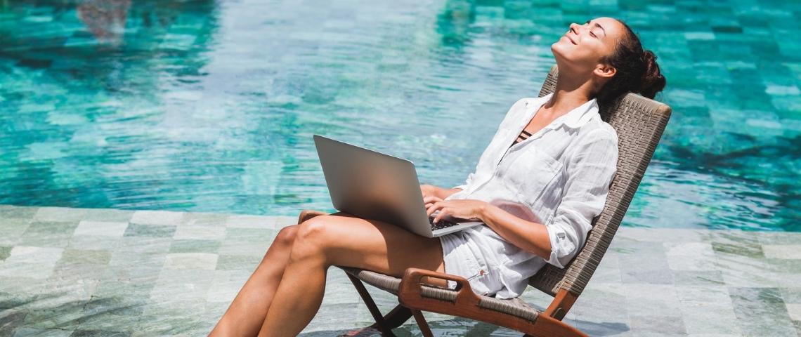 Une femme en train de travailler dans une piscine