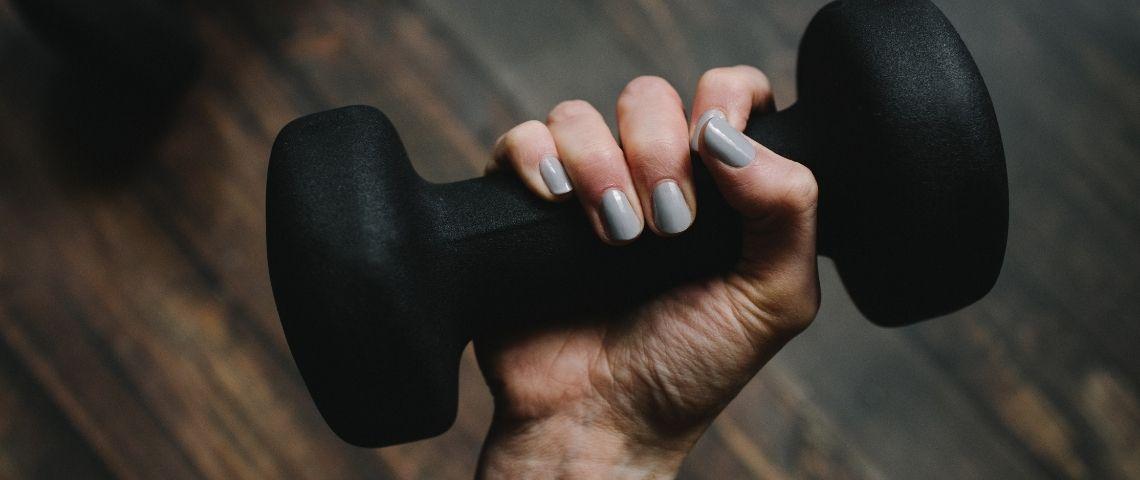 Une main qui tient une haltère