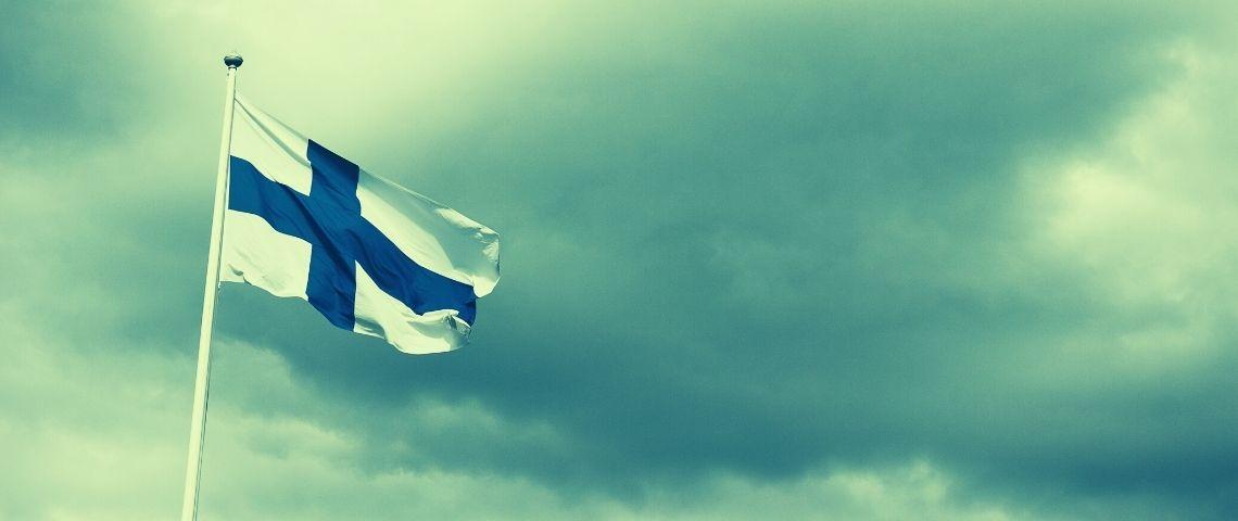 Un drapeau finlandais sur un fond vert