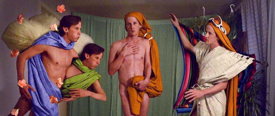 Un homme imite la Venus de Botticelli