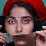 Une jeune femme avec un miroir sur les yeux
