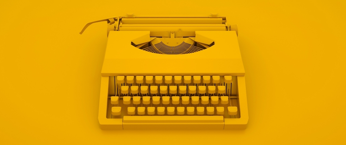 une machine à écrire sur fond jaune