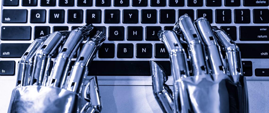 mains robotiques tapent sur un clavier d'ordinateur