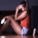 Une femme triste avec son téléphone portable