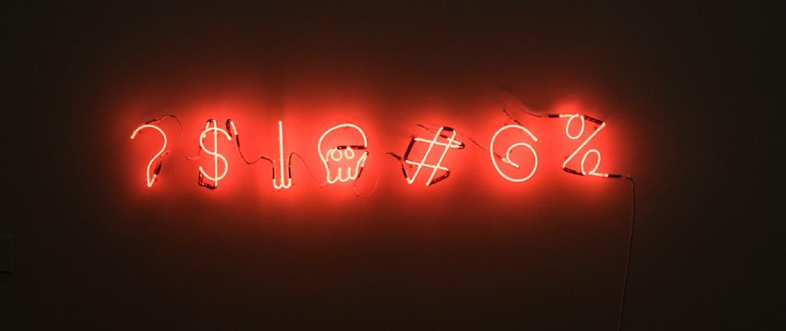 Suite de caractères spéciaux en néon rouge