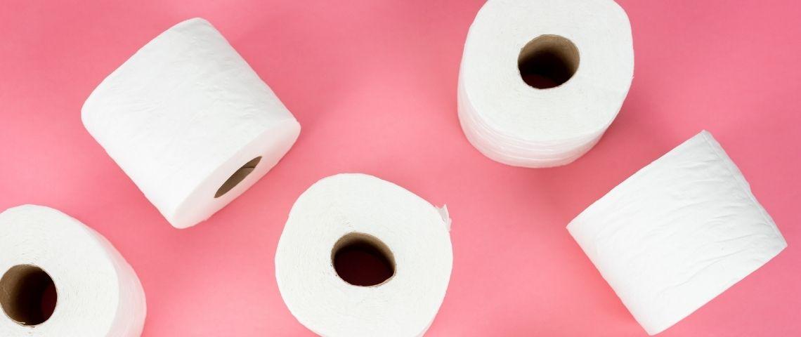 Rouleaux de papier toilette sur fond rose