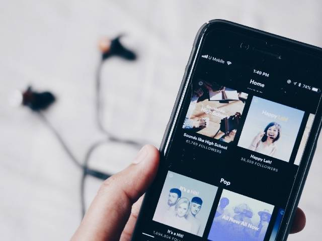 Application Spotify utilisée sur un smartphone