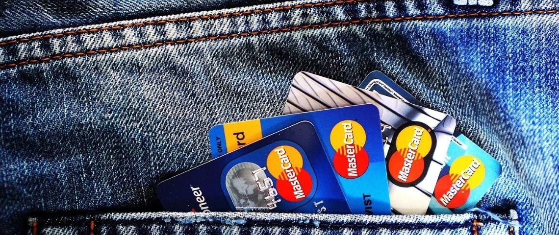 Cartes bancaires sortant de la poche arrière d'un jean