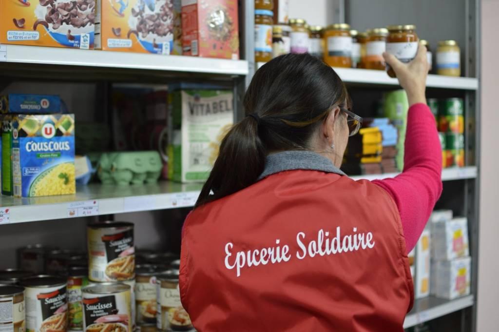 Personne travaillant dans une épicerie solidaire