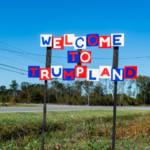 """un panneau """"bienvenue à TrumpLand"""""""