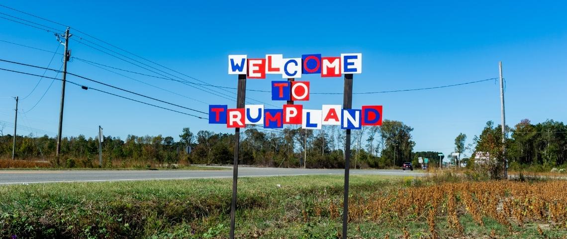 un panneau  - bienvenue à TrumpLand -