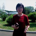 Une jeune fille dans un parc vert