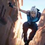 une jeune femme ninja qui saute dans une rue