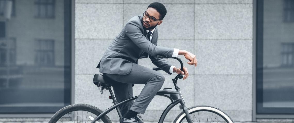 Un homme en costume sur son vélo