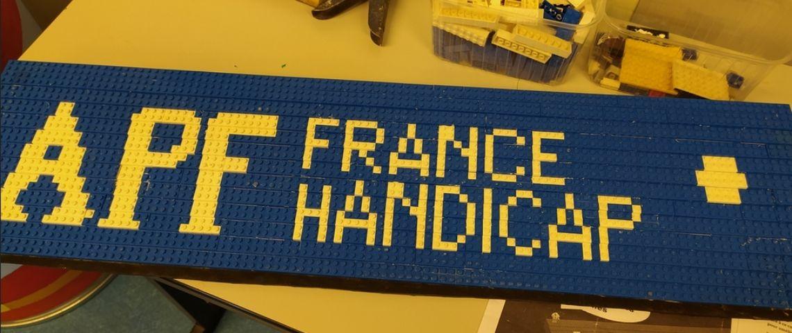 Rampe d'accès en Lego personnilsée au nom d'APF France Handicap
