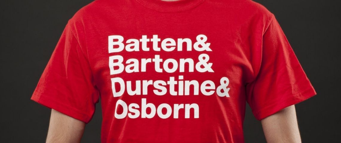 T-shirt rouge avec l'origine du sigle BBDO : Batten, Barton, Ourstine, Osborn