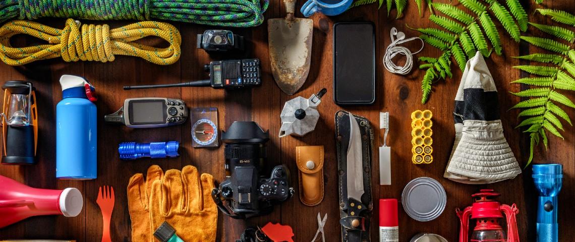 Pêle mele d'accessoires et outils en cas de catastrophe : une corde, une lampe-torche, un téléphone...