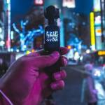 une main tenant une caméra dans la rue