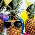 Des ananas avec des lunettes de soleil