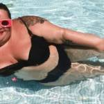 Barbara Butch dans une piscine