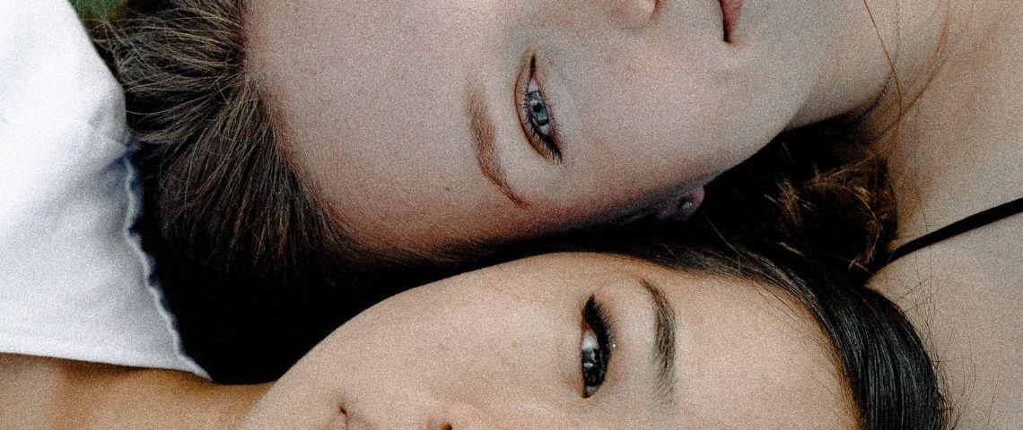Deux visages de femmes côte à côte en gros plan