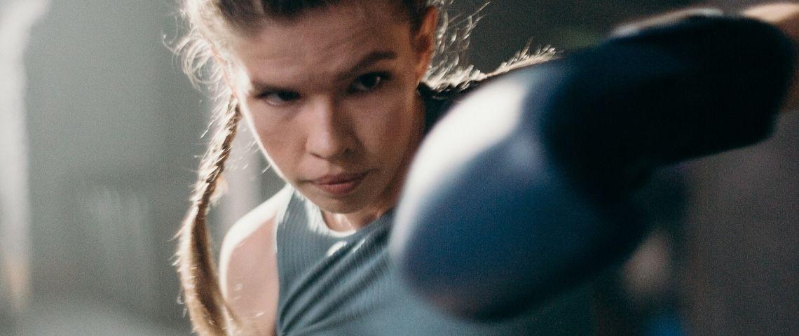 Une jeune femme qui fait de la boxe