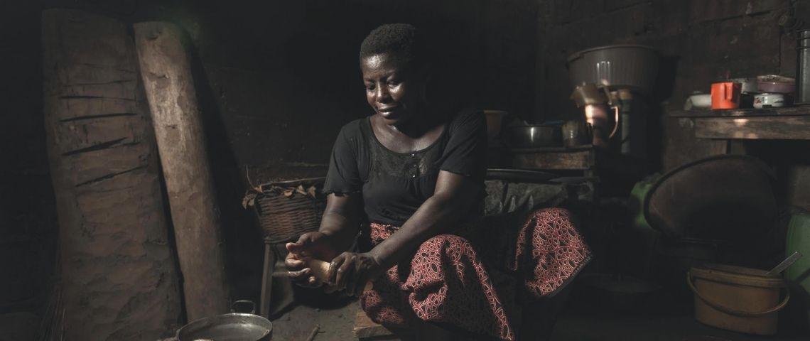 Femme nettoyant une plante de cacaotier