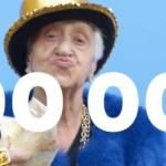 Grand-mère distribuant des billets