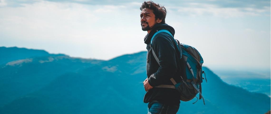 Un homme sur une montagne avec un sac à dos
