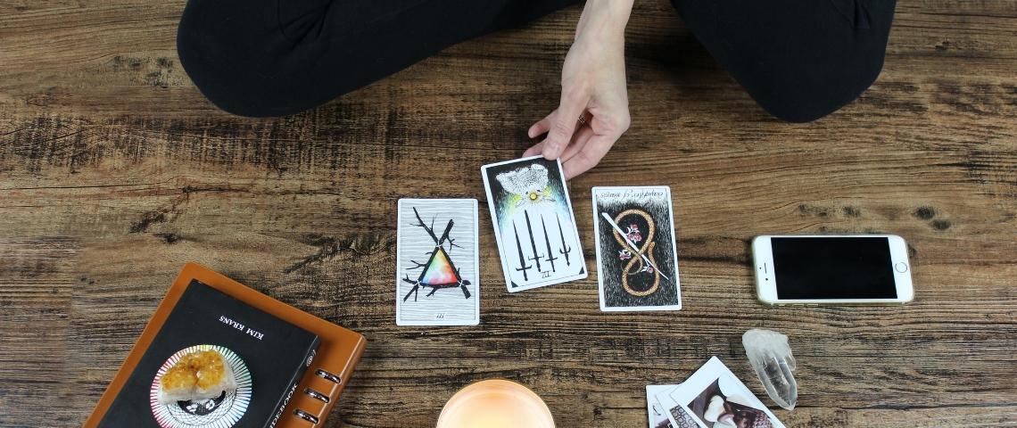 Une personne en train de tirer les cartes