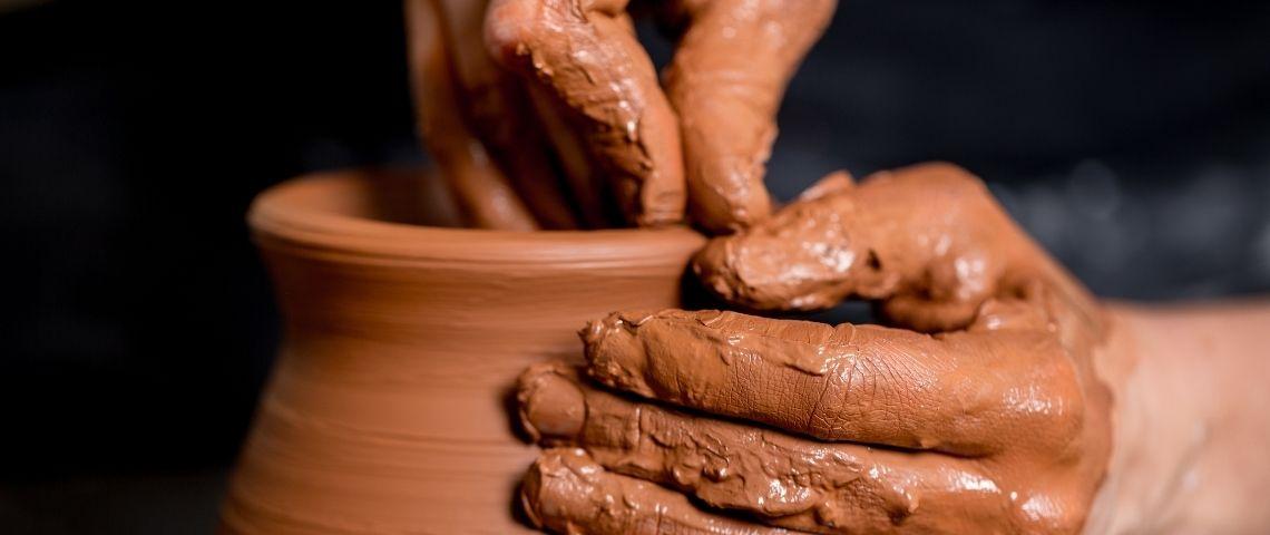 Des mains qui façonnent une poterie