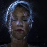 Une femme avec de la fibre optique sur la tête