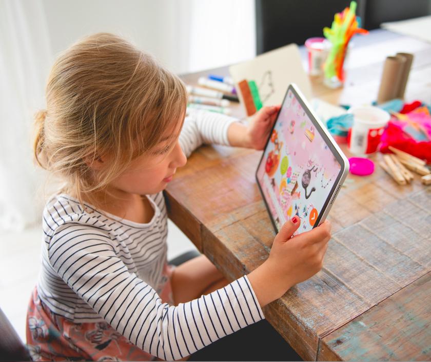 Petites fille devant une tablette tactile